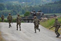 600 Soldaten an Volltruppenübung der Armee im Thurgau Mowag Gelände, Kiesgrube Bürgeln.