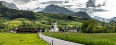 Das Dorf Brülisau AI und im Hintergrund der Alpstein (Bild: Marc Bollhalder)