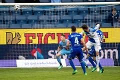 GCs Marco Djuricin (rechts) erzielt das 1:0 gegen FCL-Torhüter Jonas Omlin. | Bild: Philipp Schmidli (Luzern, 13. Mai 2018)