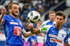 Duell zwischen Luzerns Christian Schneuwly (links) gegen GC's Jean-Pierre Rhyner. | Bild: Martin Meienberger / Freshfocus (Luzern, 13. Mai 2018)