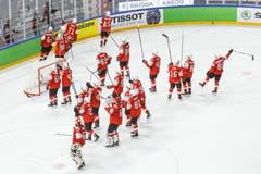 Die Schweizer Spieler lassen sich von ihren Fans feiern. | Bild: Salvatore Di Nolfi / Keystone