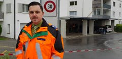 Florian Schneider, Mediensprecher der Kantonspolizei St.Gallen, vor dem Wohnhaus, in dem es zur Gewalttat kam. (Bild: Ruedi Hirtl)