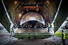 Das silbern verpackte Raketenteil der Ruag wird in die Antonov An-124 verladen. | Bild: Boris Bürgisser (Emmen, 15. Mai 2018)
