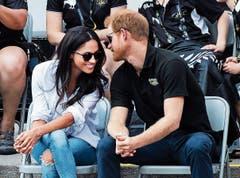 Das angehende Brautpaar Meghan Markle und Prinz Harry wird morgen mit deutlich weniger Spektakel heiraten. (Bild: Nathan Denette/AP (25. September 2017))