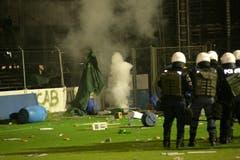 Die Wut der Anhänger über den Abstieg und die massive Polizeipräsenz entlud sich nach Spielschluss in Ausschreitungen. (Ralph Ribi)