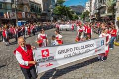 Aus dieser Perspektive ist zu erkennen, wie viele Personen der 200-Jahr-Feier der Stadt im Osten Brasiliens beiwohnen. Würde man das von Schweizern gegründete Nova Friburgo als Schweizer Stadt bezeichnen, wäre sie mir rund 185'000 Einwohnern die drittgrösste.