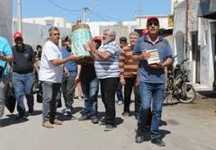 Jüdisches Pilgerfest zur Ghriba-Synagoge auf der Insel Djerba - Eine Pilgergruppe aus leiht sich im jüdischen Viertel Hara Kibira eine Thora-Rolle und Bücher aus fürs Sabbat-Gebet im Hotel.(Fotografin: Katharina Eglau)