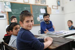 Jüdisches Pilgerfest zur Ghriba-Synagoge auf der Insel Djerba - Jungen in einer hebräischen Yeshiva im jüdischen Viertel Hara Kibira der Inselhauptstadt Houmt Souk.(Fotografin: Katharina Eglau)