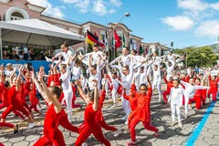 Die farbenfrohen Brasilianer haben sich vermutlich allein für den Jubiläums-Anlass in den Landesfarben der Schweiz gekleidet.