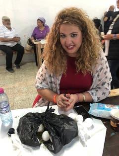 Jüdisches Pilgerfest zur Ghriba-Synagoge auf der Insel Djerba - die israelische Studentin Michal Hodaya Hakmoh schreibt Fürbitten auf die Eier.(Fotografin: Katharina Eglau)