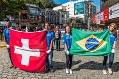 Die vier jungen Frauen und Männer präsentieren die Fahnen der beiden Länder Schweiz und Brasilien relativ emotionslos. Interessant wäre, ihre Gesichter während des WM-Spiels der beiden Nationen gegeneinander zu sehen. Das Thema Fussball dürfen wir an dieser Stelle zum zweiten Mal aufgreifen, denn wir sind ja schliesslich im fussballverrückten Brasilien. Bilder: Carlos Mafort/EPA (Nova Friburgo, 16. Mai 2018)