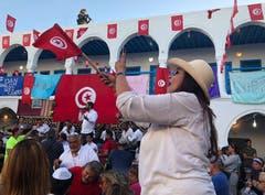 Jüdisches Pilgerfest zur Ghriba-Synagoge auf der Insel Djerba - Tanz und Feiern im Pilgerhof gegenüber der Synagoge. Auf dem Dach ein Scharfschütze.(Fotografin: Katharina Eglau)