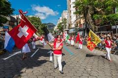 «Trittst im Morgenrot daher, seh' ich dich im Fahnenmeer.» Man darf annehmen, dass der Schweizerpsalm in den drei Tagen das eine oder andere Mal gespielt wurde. Ob die Leute in Brasilien den korrekten Text kennen, ist uns nicht bekannt. «Fahnenmeer» ist natürlich falsch, aber es passt zum Bild, auf dem die Nationalflagge der Schweiz und die Fahnen der Kantone zu sehen sind.