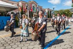 Trychlergruppen treten in der Schweiz bei Schwingfesten, Sennenchilbi oder Bundesfeiern in Erscheinung. In Brasilien dürfte nach der Jubiläumsfeier zum 200-jährigen Bestehen der Stadt Nova Friburgo wieder für lange Zeit Ruhe herrschen.
