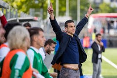 SC Kriens Trainer Bruno Berner bejubelt den Aufstieg in die Challenge League. Bild: Philipp Schmidli (La Chaux-de-Fonds, 19. Mai 2018)