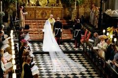 Das Brautpaar steht während der Zeremonie vor dem Erzbischof von Canterbury Justin Welby.. (Owen Humphreys/pool photo via AP)