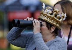 Wer einen guten Blick erhaschen wollte, brachte den Feldstecher mit. (AP Photo/Kirsty Wigglesworth)