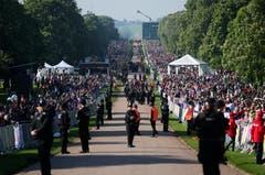 Die Fans wartetenn entlang der Strasse zum Schloss Windsor auf das Brautpaar und die Hochzeitgesellschaft.