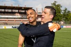 Der Trainer Bruno Berner, rechts, und Sebastian Osigwe liegen sich in den Armen. Bild: Philipp Schmidli (La Chaux-de-Fonds, 19. Mai 2018)