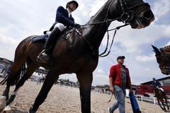 Ein Reiter mit Pferd auf dem Weg zum Parcours. Bild: Werner Schelbert (Zug, 19. Mai 2018)