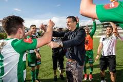 Der Coach Bruno Berner feiert mit den Spielern. Bild: Philipp Schmidli (La Chaux-de-Fonds, 19. Mai 2018)