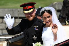 England Prinz Harry, der Herzog von Sussex und seine Frau Meghan Markle, nun die Herzogin von of Sussex, winken nach der Trauung. (Paul Ellis/pool photo via AP)