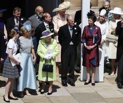Englands Königin Queen Elizabeth II und Prince Philip sowie weitere Mitglieder der Königlichen Familie nach der Trauung von Prinz Harry and Meghan Markle in der St. George's Chapel in Windsor. (Andrew Milligan/pool photo via AP)