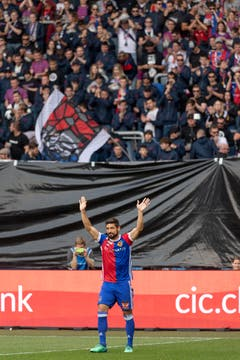 Vor dem Match wird Basels Davide Calla verabschiedet. | Bild: Georgios Kefalas / Keystone (Basel, 19. Mai 2018)