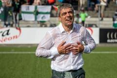 Der SC Kriens-Präsident Werner Baumgartner bekommt eine Wasserdusche. Bild: Philipp Schmidli (La Chaux-de-Fonds, 19. Mai 2018)