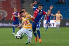 Luzerns Stefan Knezevic (links) im Kampf um den Ball gegen Basels Albian Ajeti. | Bild: Georgios Kefalas / Keystone (Basel, 19. Mai 2018)