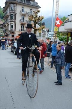 Impressionen von Oldtimer in Obwalden in Engelberg am Pfingstsonntag. Bruno Bachmann aus Kriens mit seinem Hochrad. Bild: Martin Uebelhart (Engelberg, 20. Mai 2018)