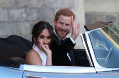Das Partykleid wurde von der britischen Designerin Stella McCartney entworfen. Am Ringfinger ihrer rechten Hand trug die Braut einen Ring, welcher einst Harrys Mutter Dianan gehörte. (Bild: Steve Parsons/pool photo via AP)