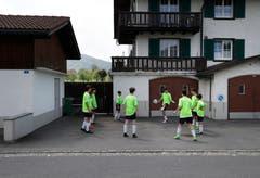 Das Team aus dem deutschen Nollingen spielt auf dem Hartplatz ein. (Bild: Stefan Kaiser, 19. Mai 2018)