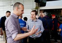 Am Sponsorenapéro in Cham sind auch der Regierungsrat Stephan Schleiss (links) und der Nationalrat Thomas Aeschi anzutreffen. (Bild: Stefan Kaiser, 19. Mai 2018)