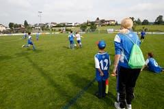 In Steinhausen beobachten die Entfelder das Match gegen Ägeri. (Bild: Stefan Kaiser, 19. Mai 2018)