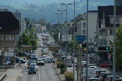 Auf der Luzernerstrasse von und nach Ebikon kommt es wegen Verkehrskontrollen zu Stau. (Bild: Dominik Wunderli)