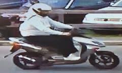 Der unbekannte Täter war offenbar mit einem hellen Roller unterwegs. (Sreenshot Überwachungskamera/Luzerner Polizei)