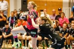 Brühls Laura Oberli (rechts) versucht Nottwils Chantal Wick zu stoppen. | Bild: Marc Schumacher / Freshfocus (Nottwil, 22. Mai 2018)