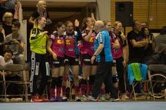 Spono-Trainer Urs Mühlethaler gratuliert seinen Spielerinnen kurz vor dem Schlusspfiff. | Bild: Dominik Wunderli (Nottwil, 22. Mai 2018)