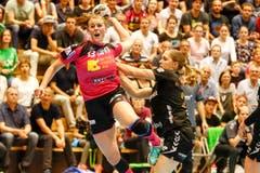 Brühls Marina Schlachter (rechts) kommt gegen Xenia Hodel zu spät. | Bild: Marc Schumacher / Freshfocus (Nottwil, 22. Mai 2018)