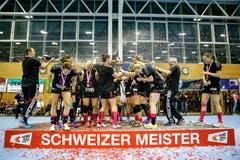 Mit Champagner wird der fünfte Titel in der Vereinsgeschichte gefeiert. | Bild: Marc Schumacher / Freshfocus (Nottwil, 22. Mai 2018)