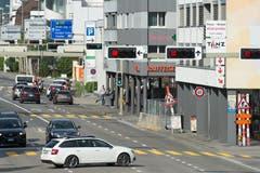 Kurz nach dem Überfall geriet der Verkehr auf der Hauptstrasse vor der Filiale ins Stocken. (Bild: Dominik Wunderli)