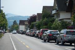 Auch auf Nebenstrassen kommt es wegen Polizeikontrollen rund um den Tatort zu Staus. (Bild: Dominik Wunderli)