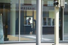 Im Innern der Bankfiliale laufen die Ermittlungen. (Bild: Dominik Wunderli)