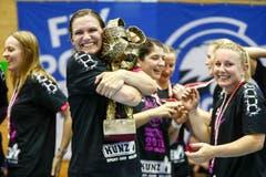 Sponos Neli Irman herzt den Pokal. | Bild: Marc Schumacher / Freshfocus (Nottwil, 22. Mai 2018)