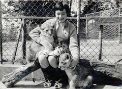 Die zwölfjährige Elisabeth Mauerhofer mit den ersten zwei Löwen. (Bild: PD, 1960)