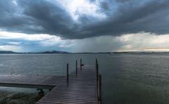 Der Regen prasselt auf das Wasser des Zugersees. Leserbild: Daniel Hegglin