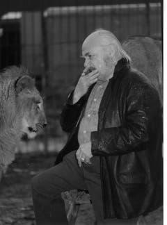 Walter Mauerhofer senior vor einer der ersten Raubtiervorführungen in der Arena des Plättli-Zoos. (Bild: PD, frühe 1970er-Jahre)