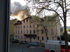 Der Blick einer Anwohnerin aufs qualmende Haus Linsebühlstrasse 105. (Bild: Ellen Tedaldi)