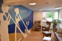 Hier ist eine gemütliche Lese-Ecke zu sehen. Motive aus der Scherenschnitt-Kunst von Jolanda Brändle zieren die Wände. (Bild: Timon Kobelt)